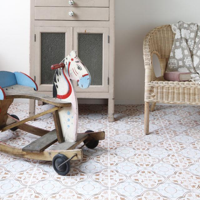 可愛いタイル柄の床、貼ってはがせるスグレモノ!