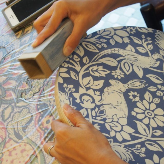 【DecorTokyoワークショップ】椅子に壁紙を貼る。スツール作りワークショップ開催!